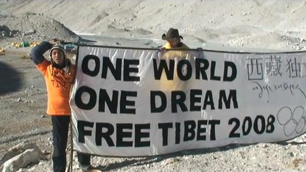 Pour un Tibet libre : des militants tibétains protestent au camp de base de l'Everest, en août 2007. Image diffusée en direct dans le monde via les téléphones portables.