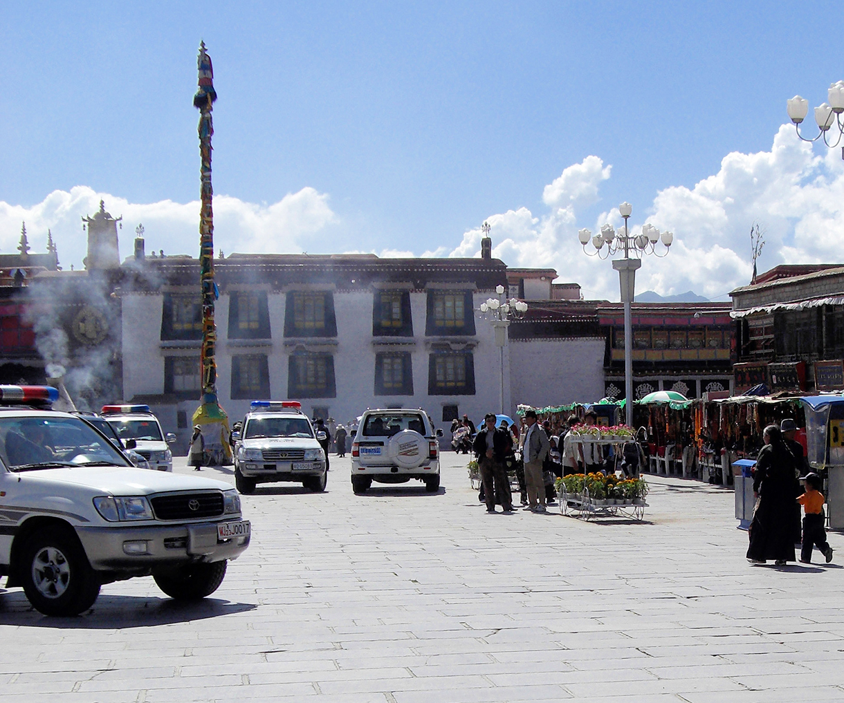 la place du Jokhang à Lhassa