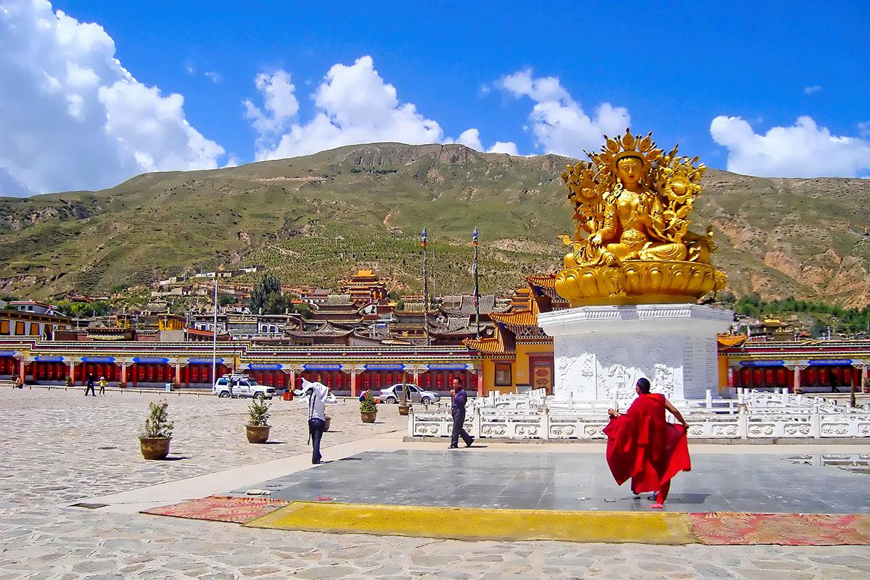 Nouvelle esplanade du monastère de Rongwo à Repgong (province du Qinghai)