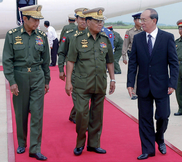 L'ex-général Thein Sein (au centre) et le patron de la junte Tan Shwe