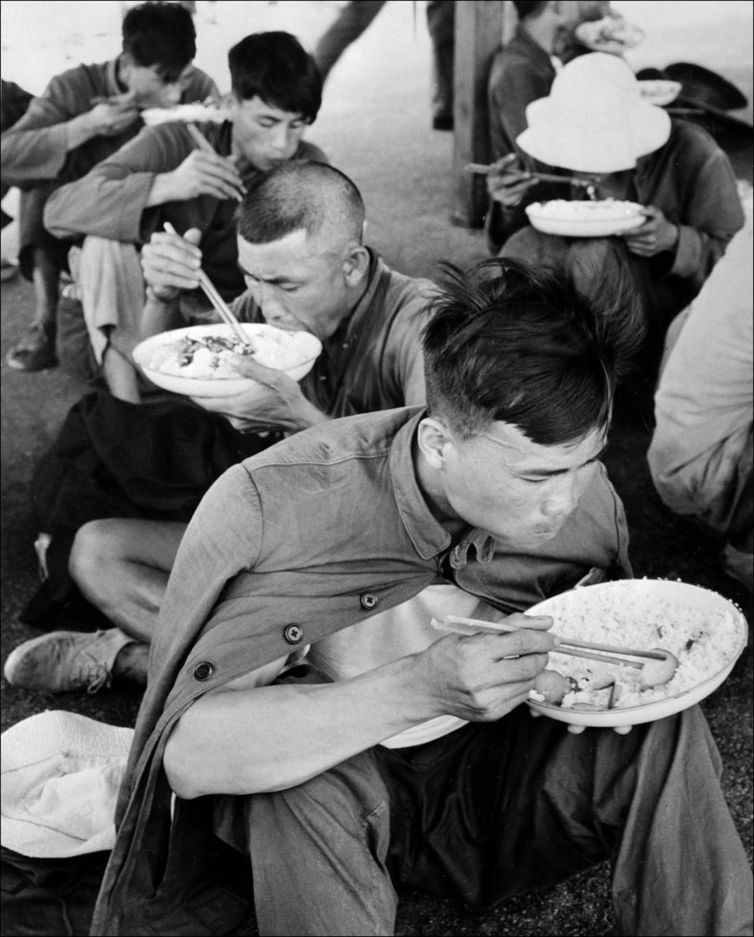 Quelques-uns des 60 000 réfugiés chinois qui gagnèrent Hong-Kong en mai 1962, et y furent nourris avant d'être renvoyés en Chine par les autorités de Hongkong le 28 mai 1962.