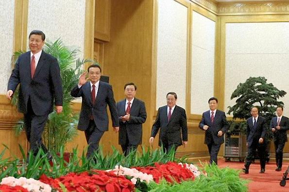 Les sept membres du Comité Permanent montent sur le podium dans l'ordre de préséance