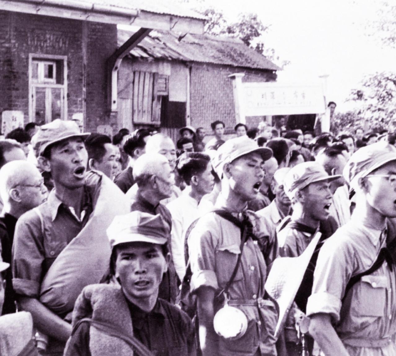 Des soldats communistes chantent un hymne   à la gloire de Mao,   le 25 octobre 1949,   à 3 kilomètres au nord de la frontière entre la Chine  et la colonie britannique de Hongkong