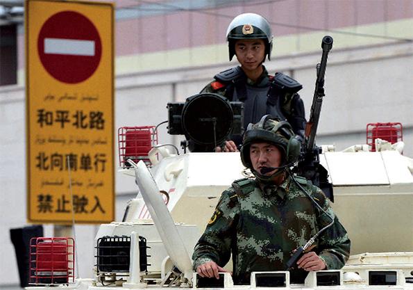 Démonstration de force de la police chinoise à Urumqi, en juin 2013