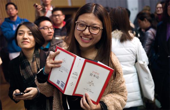 Le 15 novembre, après une conférence de l'économiste à l'université normale de Pékin, ses fans se pressent pour lui faire signer leur précieux exemplaire.
