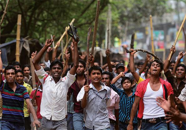 Une  foule en colère exige l'exécution du patron du Rana Plaza