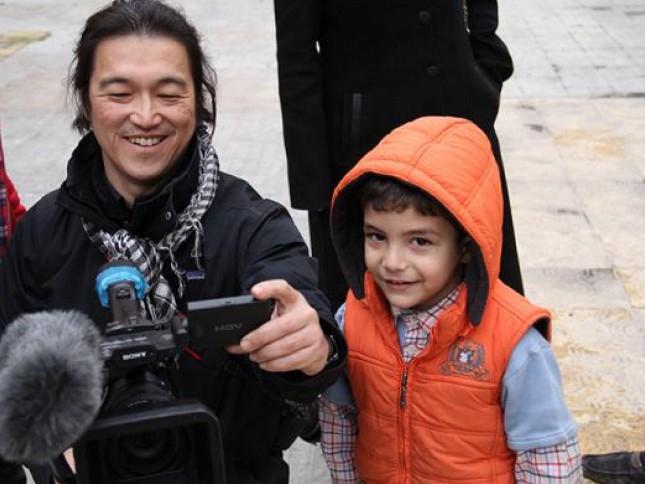 Le journaliste Kenji Goto avait couvert de nombreux conflits depuis vingt ans, au Kosovo, en Afghanistan, en Tchétchénie, au Rwanda,  en choisissant le point de vue des enfants. (Twitter/International Business Times)