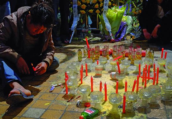 Fleurs et bougies en hommage aux victimes du 1er mars
