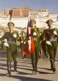Des militaires chinois défient devant le Potala