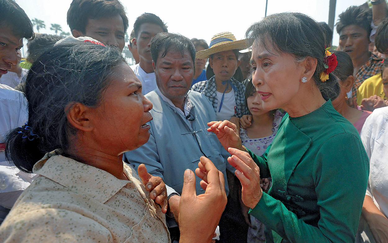 Aung San Suu Kyi prise à partie par des villageois hostiles à un projet de mine de cuivre dans le nord du pays