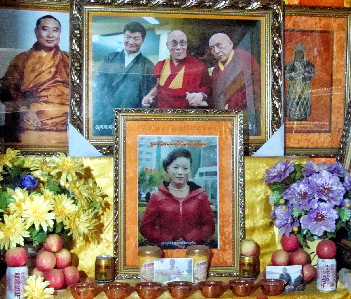 Autel élevé en l'honneur de Tangzin Dolma, au premier plan. Au second plan, on reconnaît l'ancien panchen-lama, Lobsang Sangay, le Premier ministre civil du gouvernement en exil à Dharamsala, le dalaï-lama et l'ex-Premier ministre.