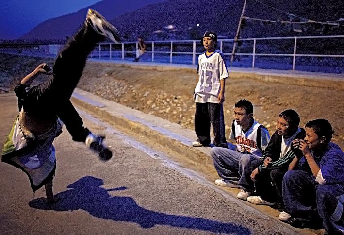 Danseurs de hip-hop dans les rues de Paro