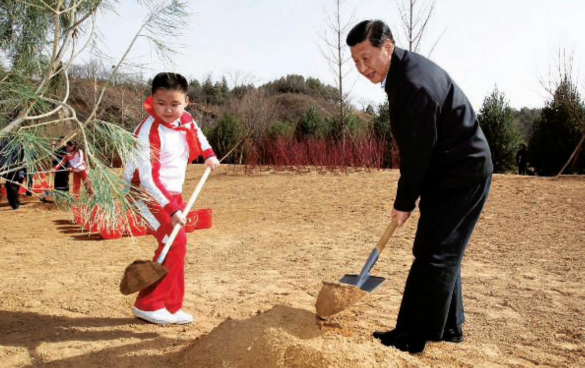 Xi Jinping, comme les autres leaders chinois, plante un jeune arbre, à Pékin, le 3 avril 2012, lors d'une campagne de reboisement volontaire, lancée par le président Hu Jintao.