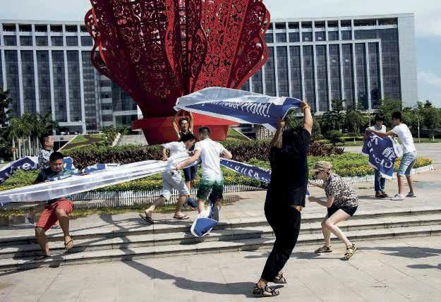 Alors qu'ils protestent contre le Festival de Yulin, des défenseurs des animaux sont pris à partie devant la mairie, le 22 juin 2015