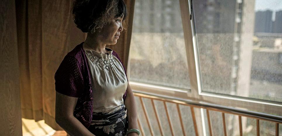 Zhang Lin, rescapée des explosions de Tianjin. Le souffle de l'explosion a fait sortir la baie vitrée de son cadre. (LIU BOWEN)