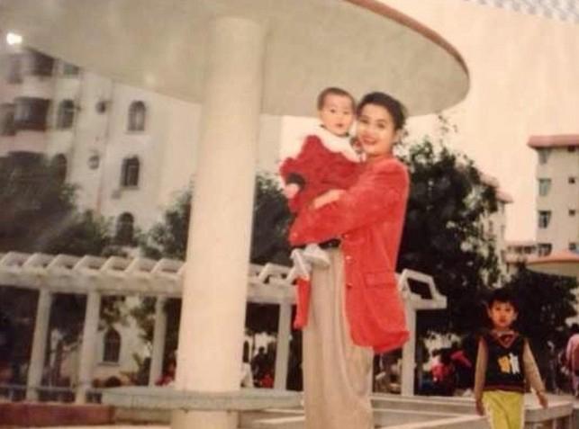 Après le scandale de la Croix Rouge, la jeune Chinoise, ici dans les bras de sa mère, s'est mise à poster sur internet des photos de son enfance modeste.