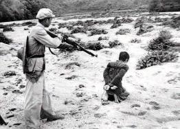 Janvier 1953 : mise en place du collectivisme dans le cadre de la réforme agraire. Huang, un probable propriétaire terrien, est exécuté.