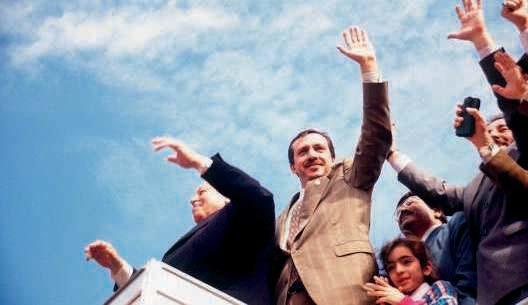 Aux côtés de son mentor Erbakan, lors des municipales de 1994