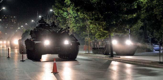 L'armée turque patrouille dans les rues d'Ankara, lors de la tentative de coup d'État, le 15 juillet.