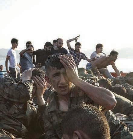 Les soldats insurgés se rendent sous les coups des milices pro-Erdogan, après l'échec du coup d'Etat, à Istanbul